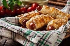 Porcs dans des couvertures cuites au four en pâte feuilletée Photos stock