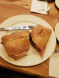 Porcs dans une couverture dans un petit pain photo libre de droits