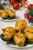 """Porcs de petits pains """"pendant la nouvelle année 2019 Traitement au four fait maison image libre de droits"""