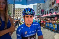 Pordenone, Italia 27 de mayo de 2017: Ciclista profesional Mikel Landa Sky Team, en jersey azul, en la primera línea antes del co imágenes de archivo libres de regalías