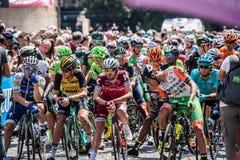 Pordenone, Italia 27 de mayo de 2017: Un grupo de ciclo profesional en la primera línea antes del comienzo para una etapa dura de imagen de archivo
