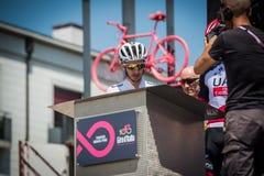 Pordenone, Italien am 27. Mai 2017: Berufsradfahrer Adam Yates, Orica-Team, auf Podiumunterzeichnungen Lizenzfreie Stockbilder