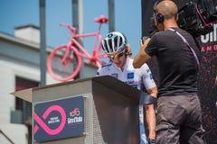 Pordenone, Italien am 27. Mai 2017: Berufsradfahrer Adam Yates, Orica-Team, auf Podiumunterzeichnungen Stockfotografie
