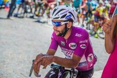 Pordenone Italien Maj 27, 2017: Yrkesmässig cyklist Fernando Gaviria Quick Step Team, i purpurfärgad ärmlös tröja, i den första l fotografering för bildbyråer