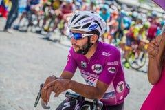 Pordenone Italien Maj 27, 2017: Yrkesmässig cyklist Fernando Gaviria Quick Step Team, i purpurfärgad ärmlös tröja, i den första l arkivbilder