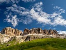 Pordoi-Durchlauf-Landschaftsansicht in die italienischen Dolomit stockfotos