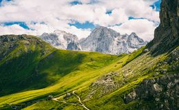Pordoi-Durchlauf und Marmolada-Berg stockbilder