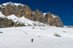 PORDOI, TRENTINO/ITALY - 26 MAART: Person Skiing in Dolomit Stock Afbeelding
