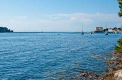 Porec海岸线在一个热的晴天 库存图片