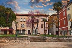 Porec, Istria,克罗地亚:在城市广场的日出的看法 免版税库存照片