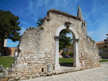 老罗马门和尤弗拉西苏斯圣殿, POREC,克罗地亚 免版税库存照片