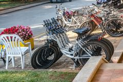 Porec, Kroatien am 29. August 2018: Fahrrad-Parken und Fahrradmiete in Sommer Porec im Freien lizenzfreies stockbild