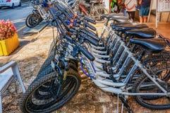 Porec, Kroatien am 29. August 2018: Fahrrad-Parken und Fahrradmiete in Sommer Porec im Freien lizenzfreie stockfotografie