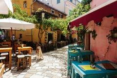 Porec, Kroatien - Juli 2016 - leere Tabellen des europäischen Cafés auf einer Straße in der historischen Mitte von Porec, Kroatie lizenzfreies stockfoto