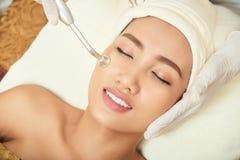 Pores de nettoyage à la pièce faciale image libre de droits
