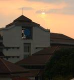 Pores do sol atrás da construção Foto de Stock