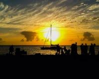 Pores do sol e silhuetas do veleiro Fotografia de Stock Royalty Free