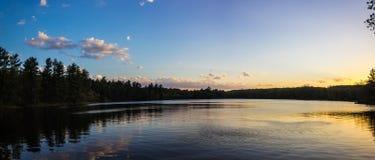 Pores do sol em um lago no parque de Intersate Imagens de Stock