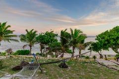 Pores do sol preguiçosos da rede em Coral Coast de Fiji Fotografia de Stock