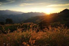 Pores do sol sobre montanhas. imagens de stock royalty free