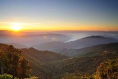 Pores do sol sobre montanhas imagem de stock