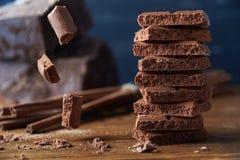 Poreuze chocolade en kaneel op een houten achtergrond stock foto's
