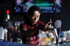 poring пива бармена Стоковая Фотография