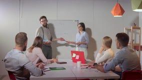 Porject-Darstellung vor Team im Büro stock footage