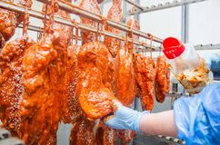 pork Η γραμμή για την παραγωγή των καπνισμένων λιχουδιών industri στοκ φωτογραφία