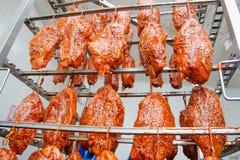 pork Η γραμμή για την παραγωγή των καπνισμένων λιχουδιών industri στοκ φωτογραφίες