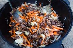 Pork med grönsaker på träbräde Arkivfoto