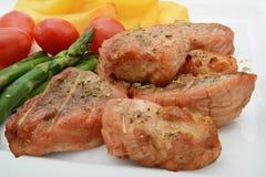 Porkmedaljonger och grönsaker Fotografering för Bildbyråer