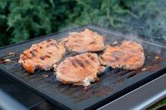 Porkneck briet auf elektrischem Grill Stockfoto