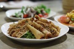 Porks hachés épicés cuits à la friteuse Plat thaïlandais photos libres de droits