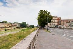 Porosły bulwar Parma miasta i rzeki domy w chmurnym letnim dniu w Parma obraz royalty free