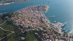 Poros Griechenland Schöne Sommerstrandurlaube in Europa Boote und Yachten im Hafen Sonniger Nachmittag Luftvideoaufnahmen stock video
