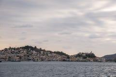 Poros wyspa na wschód słońca zdjęcia royalty free