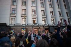 Poroshenko возблагодарило украинцев которые пришли возблагодарить его и поддержать его стоковое фото