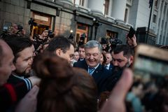 Poroshenko возблагодарило украинцев которые пришли возблагодарить его и поддержать его стоковые фото