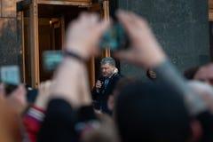 Poroshenko возблагодарило украинцев которые пришли возблагодарить его и поддержать его стоковое изображение