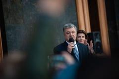 Poroshenko возблагодарило украинцев которые пришли возблагодарить его и поддержать его стоковое изображение rf
