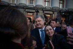 Poroshenko tackade ukrainare som kom att tacka honom och st?tta honom royaltyfria bilder