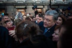 Poroshenko tackade ukrainare som kom att tacka honom och st?tta honom royaltyfria foton