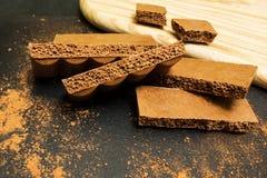 Porowata czekolada na czarnym tle zdjęcia royalty free