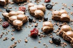 Porowata czekolada z wysuszonymi owoc na czarnym tle zdjęcie stock