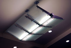Porpora ambientale del soffitto della lampada dell'aeroporto Fotografie Stock