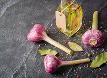 Porpora dell'aglio con il gambo su un fondo di pietra nero Fotografia Stock Libera da Diritti