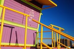 Porpora e stazione gialla del bagnino, Miami Beach immagini stock libere da diritti
