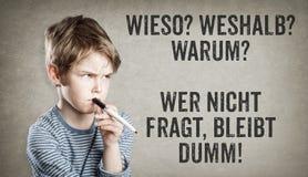 Porqué preguntas en alemán, pensamiento del muchacho Imagen de archivo libre de regalías