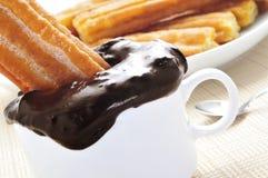 Porras, churros épais typiques de l'Espagne, plongé en chocolat chaud Image libre de droits